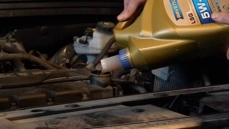 Заливаем новое масло в мотор Авео