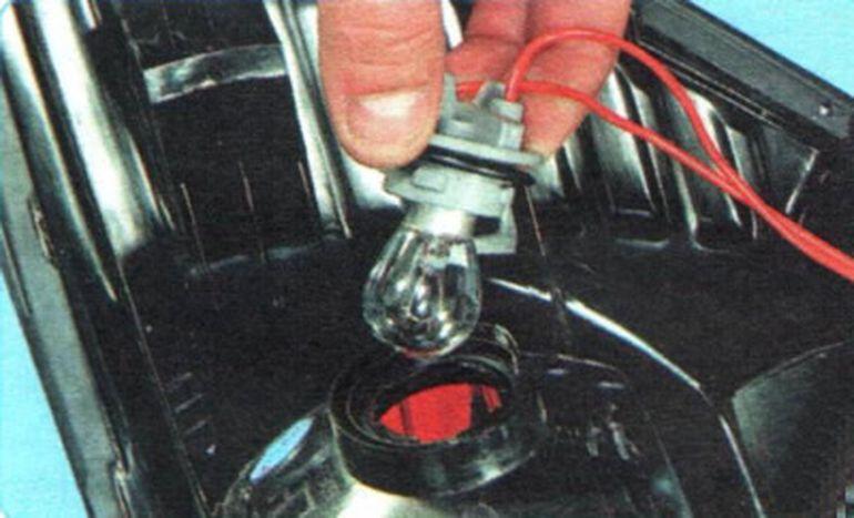 Снимаем лампу фонаря Шевроле Авео