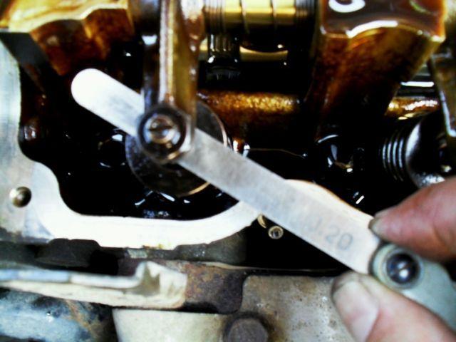 Промер зазора клапанов щупом Шевроле Авео