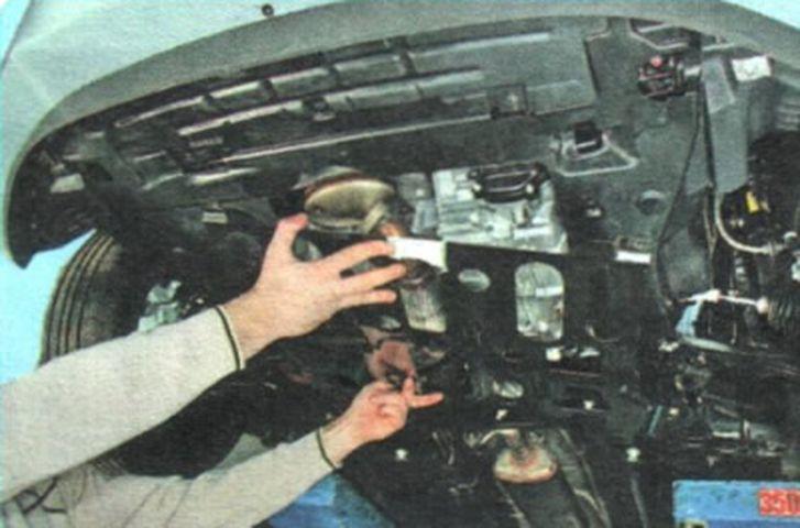 Демонтаж защиты двигателя Шевроле Авео