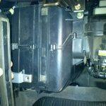 Вынимаем фильтр салона Шевроле Авео