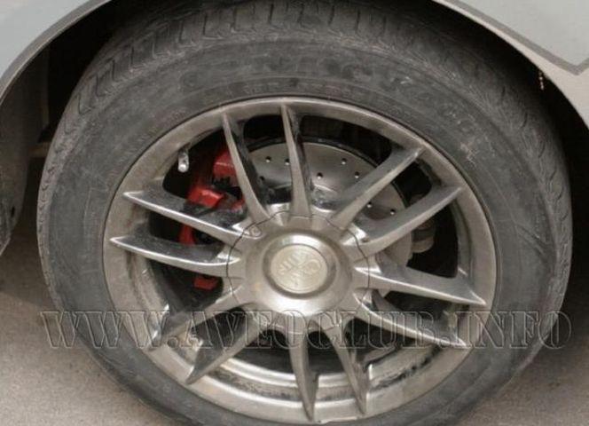 Установленный тормозной диск Шевроле Авео
