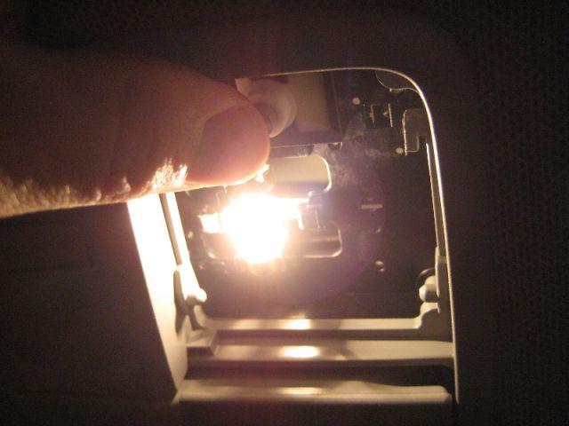 Как снять плафон освещения салона на Хендай Солярис