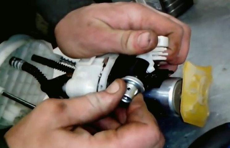 Замена топливного фильтра на автомобиле Kia Sorento