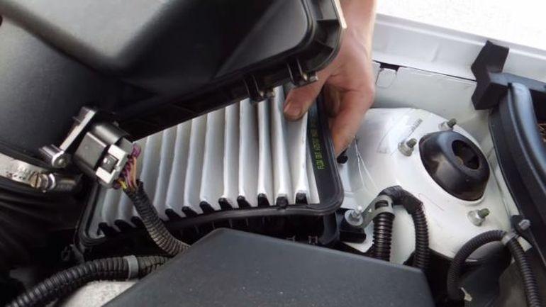 Замена воздушного фильтра Шевроле Кобальт