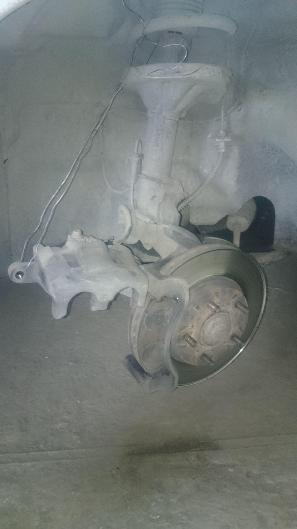 Замена передних тормозных колодок КИА Карнивал