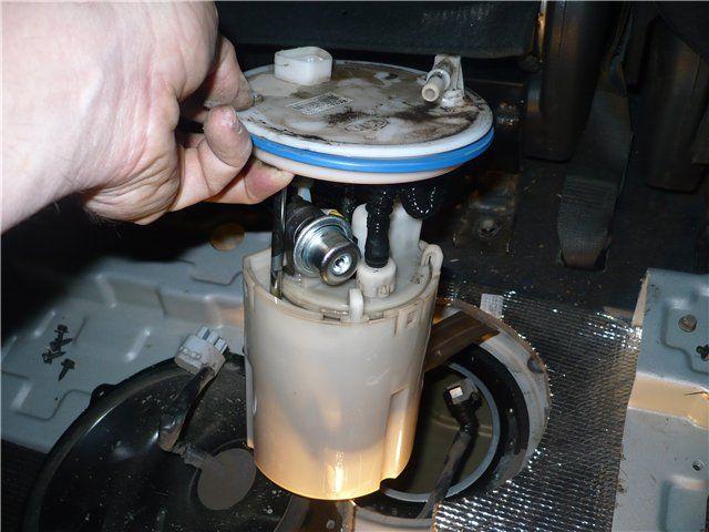 Замена топливного фильтра на автомобиле Kia Carens