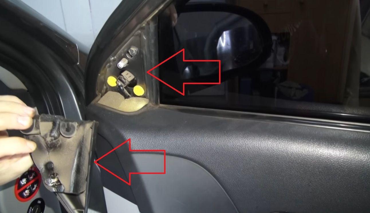 Отключаем питания зеркало с внутренней части под обивкой Hyundai Accent