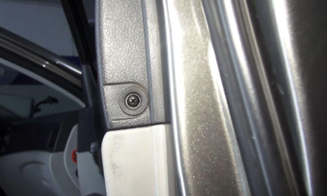 Выкручиваем саморез Hyundai Accent
