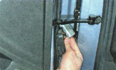 Отключаем фишку проводов жгута двери Шевроле Авео