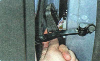 Снимаем защитный колпачок жгута двери Шевроле Авео