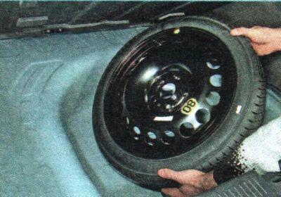 Вынимаем колесо с нишы Шевроле Авео