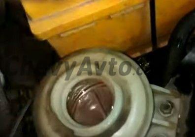 Доливаем жидкость ГУР Chevrolet Aveo