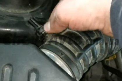 Снимаем гофру воздушного фильтра Chevrolet Aveo