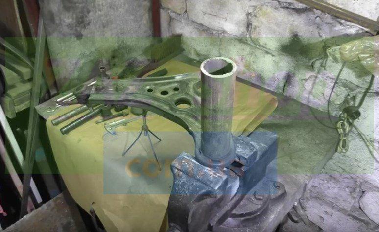 Используем для выпрессовки разные инструменты Шевроле Авео