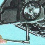 Откручиваем крепление задней крышки блока цилиндров Chevrolet Aveo