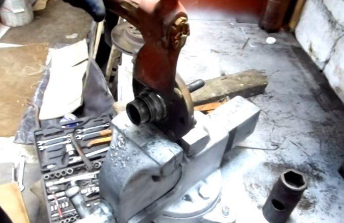 Выпрессовываем ступицу с поворотного кулака Шевроле Авео