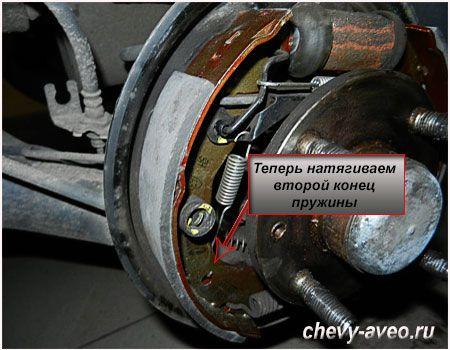 Разжимаем удерживающую пружину тормозных колодок Шевроле Авео