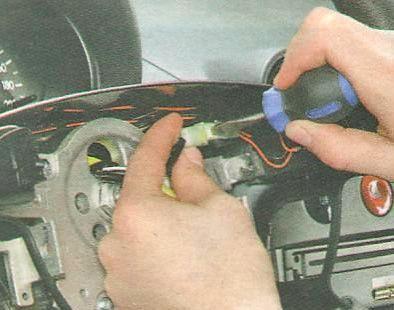 Отключаем колодку проводов сигнала Шевроле Авео