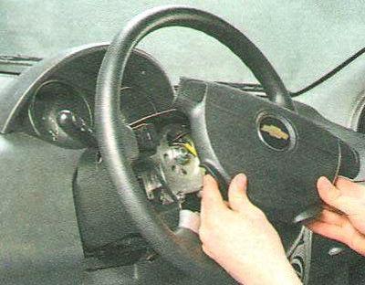 Снимаем подушку рулевого колеса Шевроле Авео
