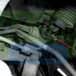 Откручиваем крепление рулевого вала Шевроле Лачетти