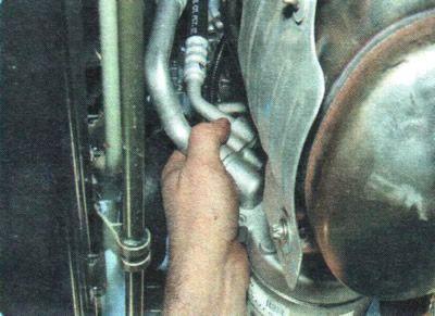 Откручиваем трубки хладогента компрессора кондиционера Шевроле Авео