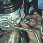 Отключаем фишку проводов питания компрессора кондиционера Шевроле Авео