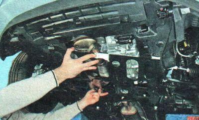 Демонтируем нижнюю защиту двигателя Шевроле Авео