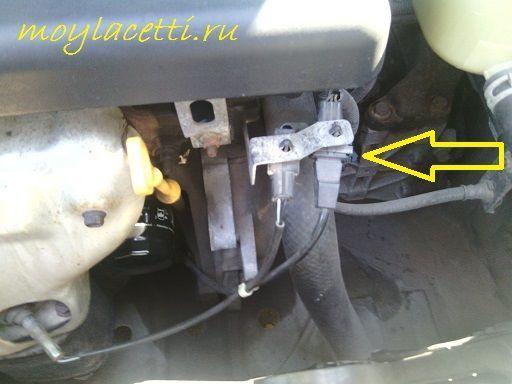 Отключаем проводку датчика коленчатого вала Шевроле Лачетти