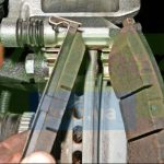 Вынимаем тормозные колодки Шевроле Лачетти
