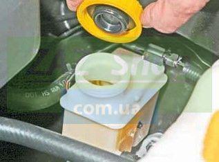Откручиваем пробку расширительного бачка тормозной жидкости Шевроле Лачетти