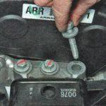 Выкручиваем болты крепления подушки двигателя Шевроле Авео