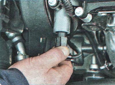 Откручиваем фишку электромагнитного клапана Шевроле Авео