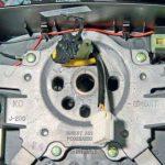 Проводя через отверстие в ступице колеса колодки проводов модуля подушки безопасности, звукового сигнала и блока управления головным устройством системы звуковоспроизведения Шевроле Лачетти