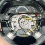 Покачивая, тянем на себя рулевое колесо и снимаем его со шлицев вала рулевого управления Шевроле Лачетти