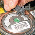 Отсоединяем колодку проводов от модуля подушки безопасности Шевроле Лачетти