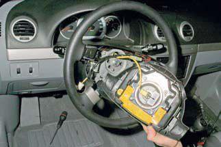 Отводим модуль подушки безопасности от рулевого колеса Шевроле Лачетти