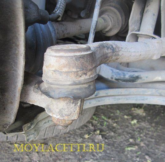 Снимаем наконечник рулевой тяги Шевроле Лачетти