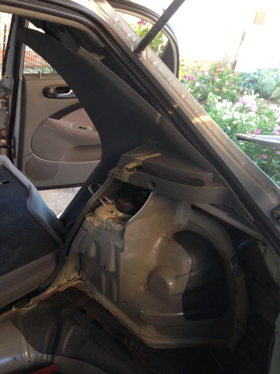 Месторасположение крепления задней стойки в багажнике Шевроле Лачетти