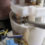 Отщёлкиваем крепление топливного модуля Шевроле Круз