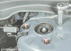 Крепление стоки амортизатора к брызговику кузова KIA Ceed