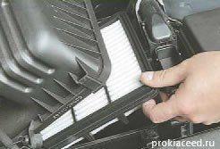Вынимаем воздушный фильтр Киа Сид