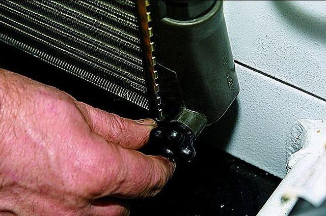 Сливная пробка на радиаторе