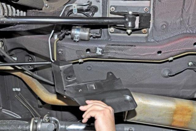 Защитная крышка топливного фильтра на днище автомобиля