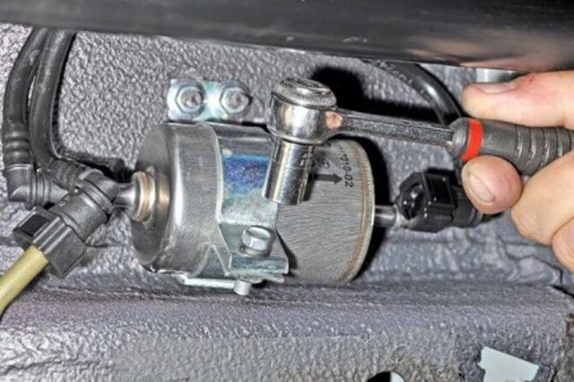 Демонтаж топливного фильтра