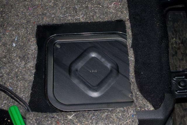 Защитный лючок бензонасоса под задними сиденьями